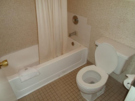 Welcome To EZ 8 Motel Newark California - Private Bathroom