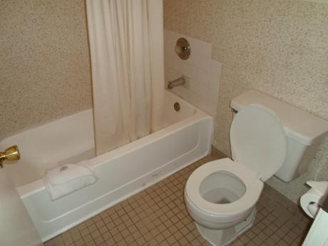 Welcome To EZ 8 Motel Newark California - Private Bathroom