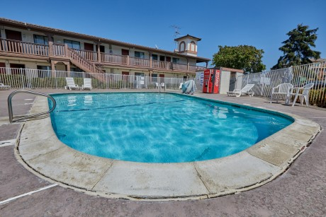 Welcome To EZ 8 Motel Newark California - Sparkling Pool