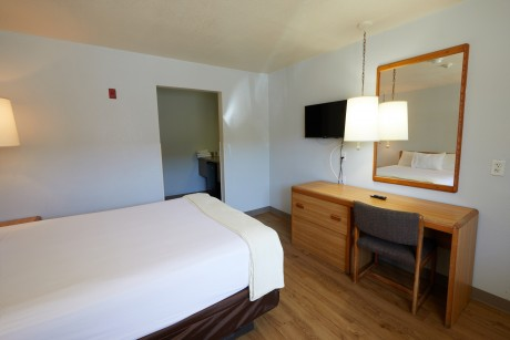 Welcome To EZ 8 Motel Newark California - Accessible Queen Room